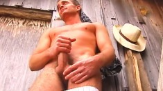Handsome stud puts his body on display and jerks off in the barn
